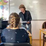 les op locatie docent deelt uit