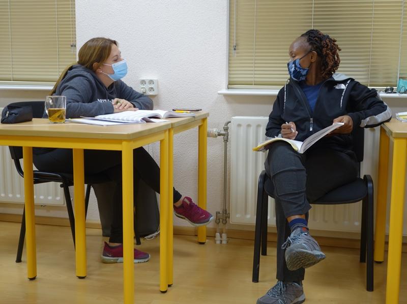Danny en Carol praten Nederlands in de cursus B1